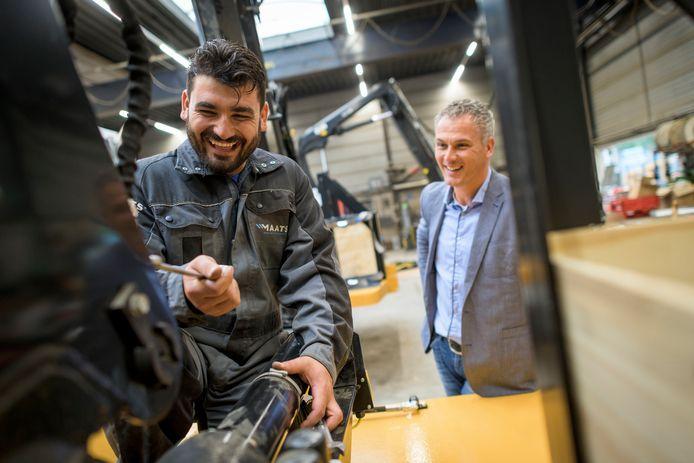 Nori Barakat Ibrahim is monteur bij technisch bedrijf Maats in Goor. Directeur Gerald Kroeze (rechts) is blij met de Irakees.