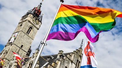 Stad hijst regenboogvlag aan Grote Markt