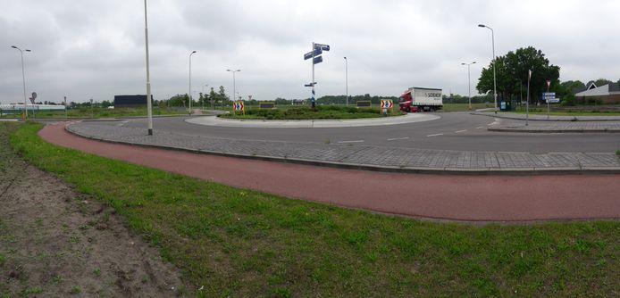 De rotonde waar het benzinestation moest komen met daarachter het nog lege terrein De Meeten II.