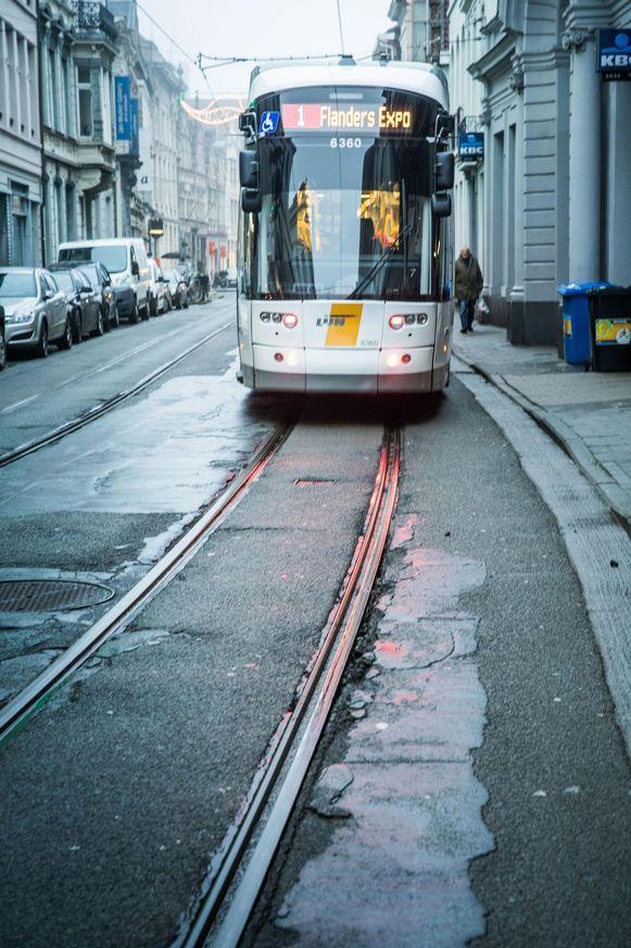 Tram 1 rijdt in de Burgstraat over de belabberde sporen.