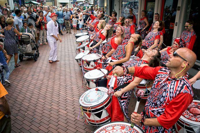 Kaais Zomercarnaval in de Oosterhoutse binnenstad, met hier de Tilburgse percussieband Batala in actie in de Kerkstraat. Foto Johan Wouters / Pix4Profs