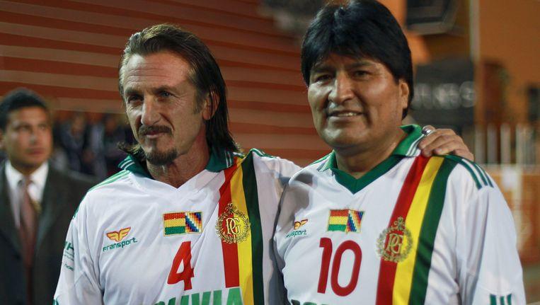 Acteur Sean Penn (links) vorig jaar oktober naast de Boliviaanse president Evo Morales in het shirt van de nationale voetbalploeg. Beeld AP