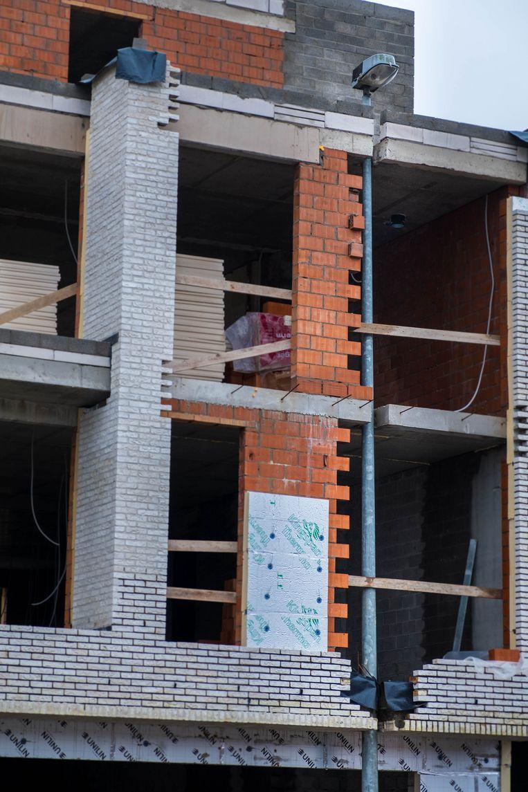 De aannemer metste het appartementsgebouw doodleuk rond de verlichtingspaal.