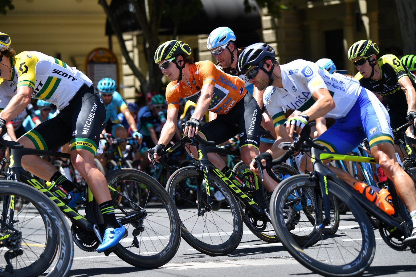 Daryl Impey (in oranje) won al Tour Down Under
