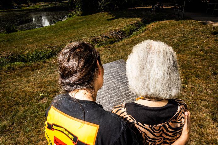 Helena en haar dochter Elene bij een pagina van vertellingen over Indië van Marion Bloem in herinneringspark Sawah Belanda nabij Bronbeek in Arnhem.