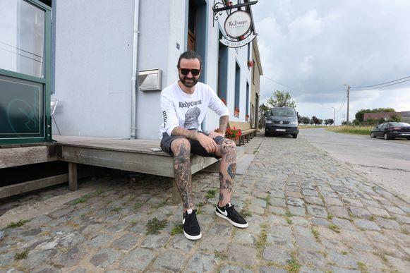 Jeroen Camerlynck van Fleddy Melculy aan café De Bascule in Bellingen waar hij sinds enkele jaren woont.