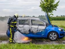 Automobilist ziet tijdens het rijden rook uit auto komen, zet auto nét op tijd aan de kant in Riel