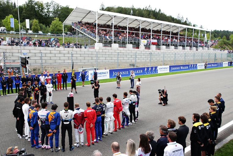 Formule1-coureurs tijdens de minuut stilte. Beeld Getty Images