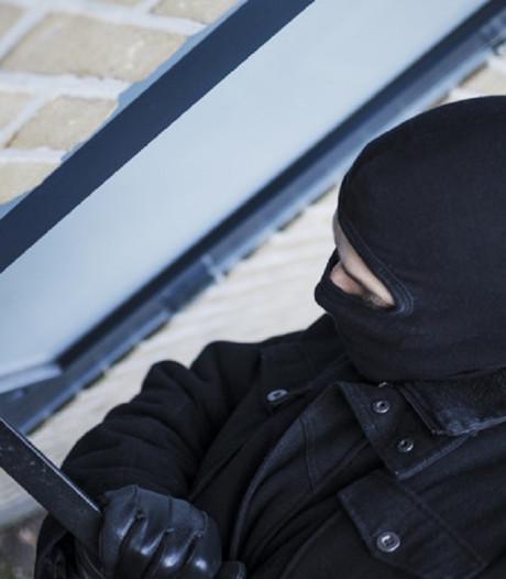 Inbrekers rennen met beeldscherm over straat