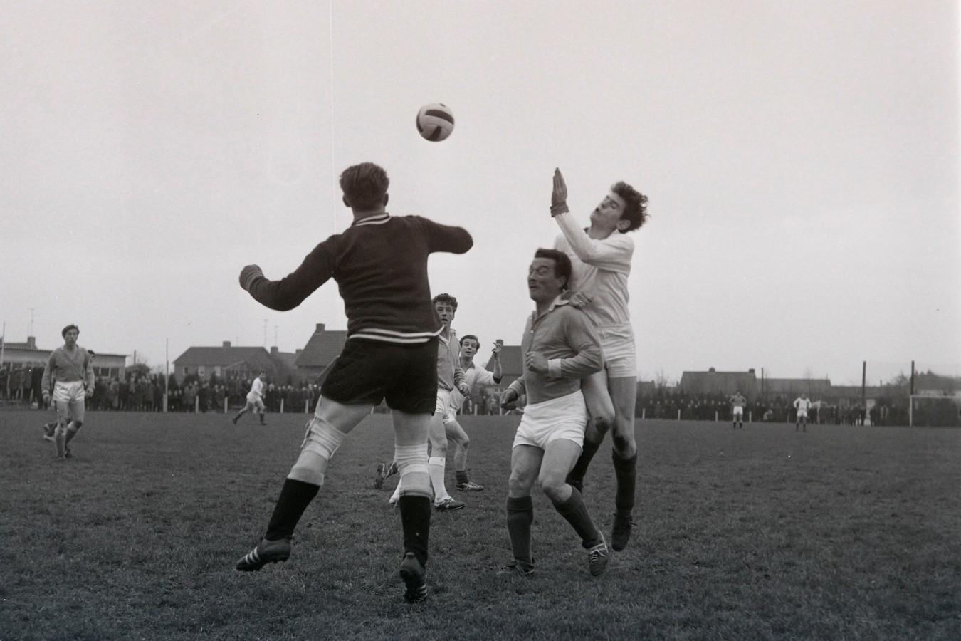 Wedstrijd PVV - Dijkse Boys in Helmond op 22 november 1964