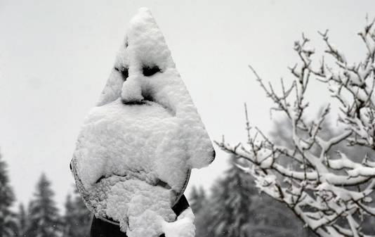 Een verkeersbord in Obarjoch (Zuid-Duitsland) lijkt door de sneeuw op een spook.