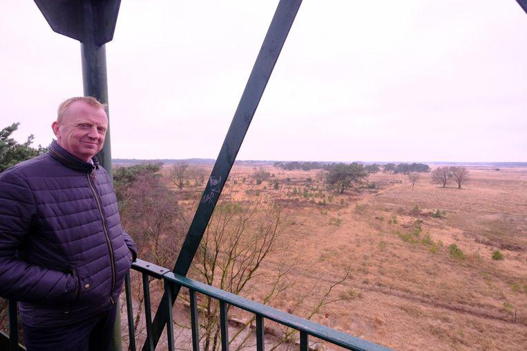 Burgemeester Lukas Jacobs in de brandtoren van de Kalmthoutse Heide. Die is nu 25 meter hoog, maar voor een betere verbinding met het netwerk voor de hulpdiensten zou hij zelfs 35 meter hoog moeten zijn.