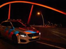 Beschonken man loopt over Midden-Brabantweg richting Waalwijk om thuis te komen
