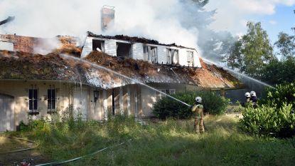 Leegstaande villa met rieten dak brandt uit
