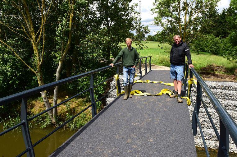 Wilfried Demol en kraanman Wim Kegels op de nieuwe brug
