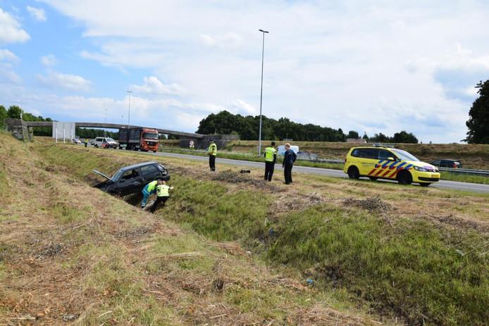 De auto kwam in de greppel naast de A58 terecht.