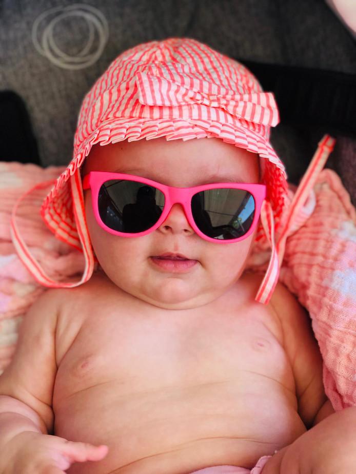 Jailey Jane is pas 4,5 maand jong, maar is nu al een waterratje. Ze is heerlijk aan het genieten van het zwembad van haar overgrootoma.