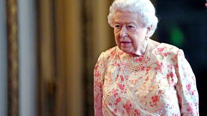 """Queen Elizabeth houdt toeristen voor de gek tijdens wandeling: """"Nee, ik heb de koningin nooit ontmoet"""""""