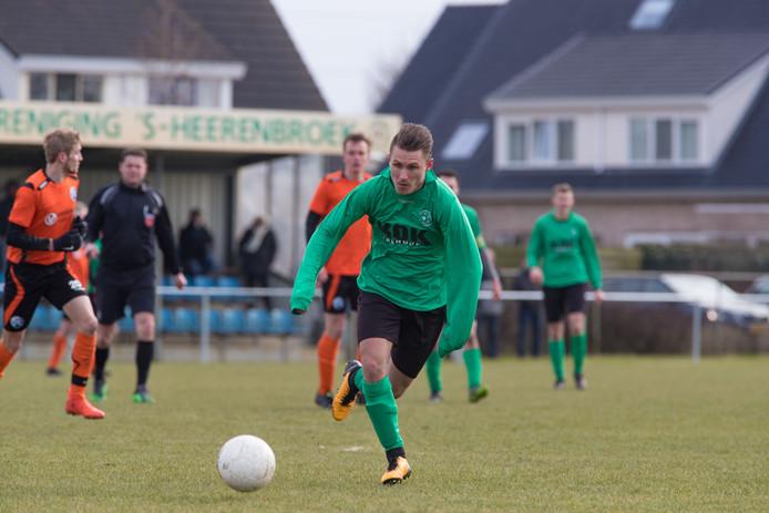 VV 's-Heerenbroek-spits William Dekker in actie op het hoofdveld.