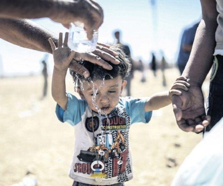 Verkoeling voor een Koerdisch jongetje. Beeld ap