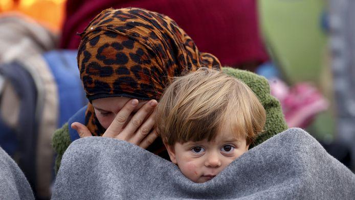 Een vluchteling en haar zoon aan de Grieks-Macedonische grens.