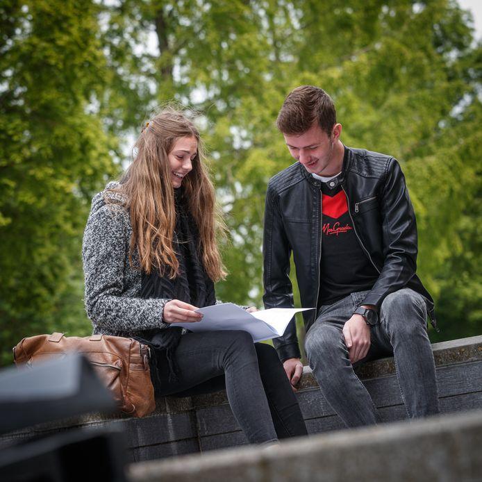 Het examen aardrijkskunde voor de havo zit erop. Babs Kremers en Luc Goos van het Markland College in Zevenbergen evalueren het nog even.