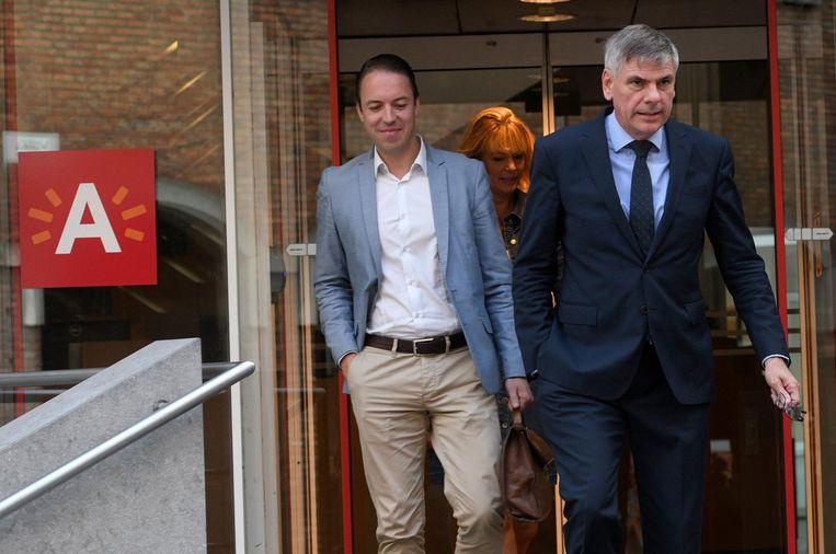 Sam Van Rooy (links) neemt in 2020 de fakkel over van Filip Dewinter (rechts). Achter hen staat gemeenteraadslid Anke Van dermeersch.