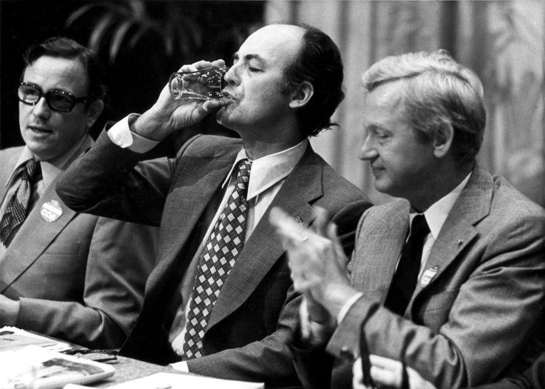 Willem Aantjes (midden) na zijn rede op het CDA congres. Frans Andriessen (rechts) applaudiseert voor hem. 24 augustus1975 Beeld ANP