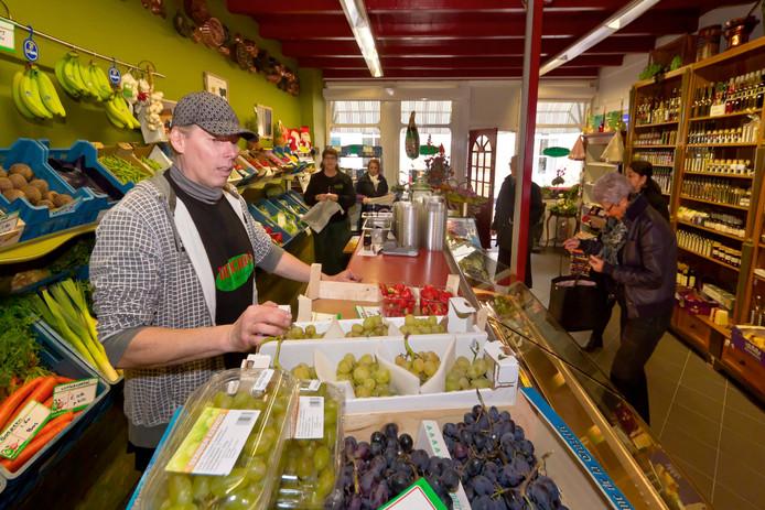 Delicious-eigenaar Rob Lafeber (met pet) sluit zijn groentewinkel aan de Kerkstraat in Tholen.