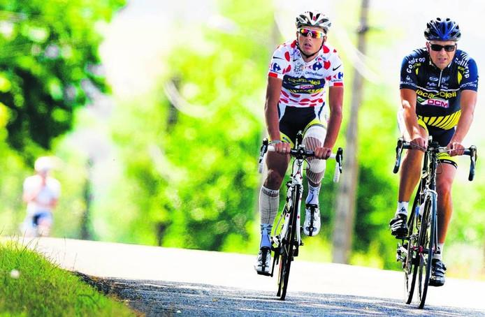 Johnny Hoogerland in de bolletjestrui tijdens de rustdag in de memorabele Tour de France van 2011, samen met vader Cees. Net als vroeger op de Lemelerberg of Holterberg. foto ANP