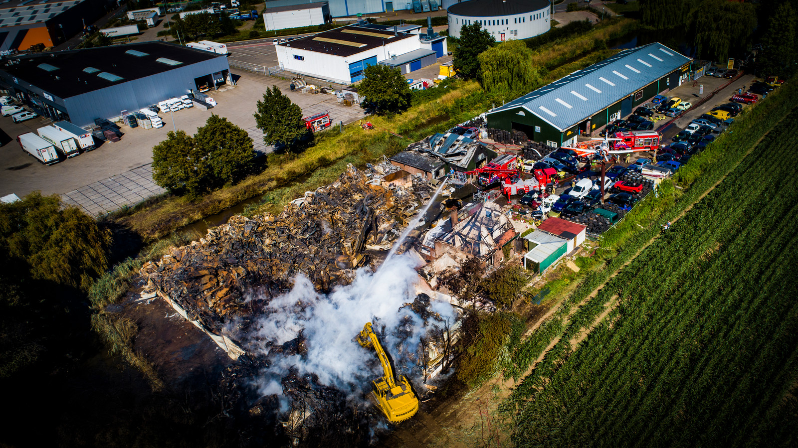 Vrijdagochtend ontstond een grote brand bij een autosloopbedrijf aan de Maststraat in Duiven. De schade is goed te zien vanuit de lucht.