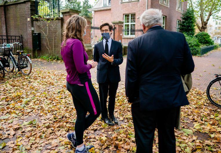 De Franse ambassadeur Luis Vassy, spreekt met mensen die de vermoorde leraar Samuel Paty herdenken. De 47-jarige Paty werd in de Parijse voorstad Conflans-Sainte-Honorine op straat de keel afgesneden door een 18-jarige moslimextremist van Tsjetsjeense afkomst. Beeld ANP