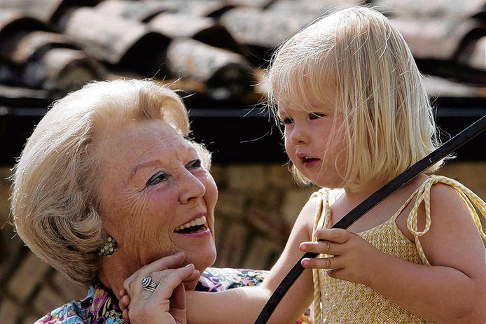 Koningin Beatrix met Amalia tijdens een fotosessie in Tavarnelle, op 6 juli 2006.