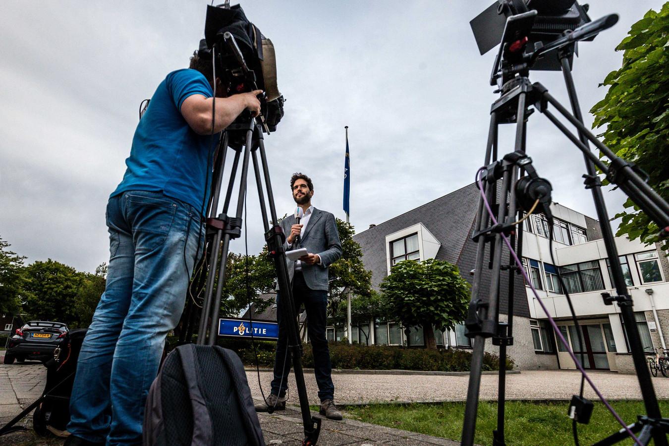 Media bij het politiebureau in Wijchen voor Lili en Howick.