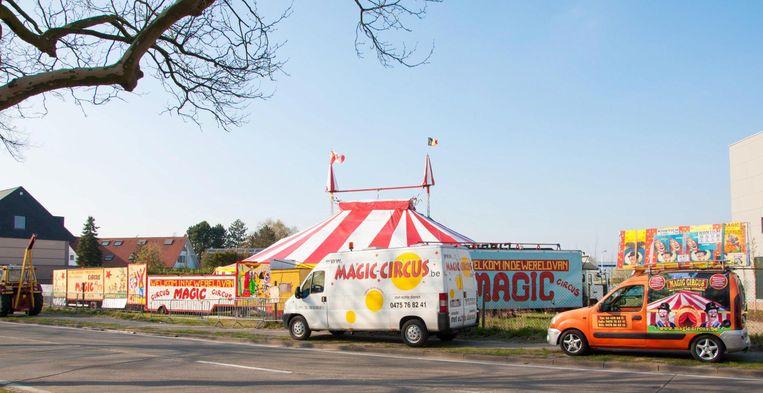 De circustent van Bill en Patrizia staat te koop. Ook de vrachtwagen en bijbehorende aanhangwagen worden verkocht.