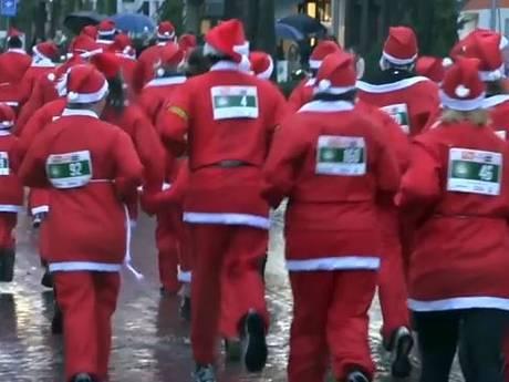 Kerstmannen trotseren rennend de regen in Oisterwijk