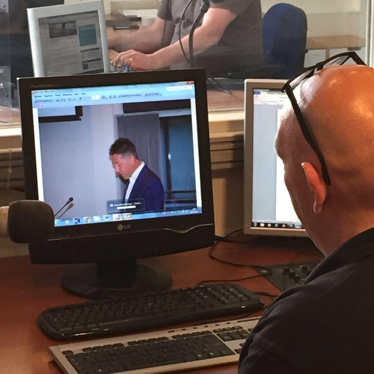 Mario van Dinther: twee dagelijkse nieuwsuitzendingen voor Kontakt en tussendoor tv monteren voor de Boekelse omroep BLOK. Beeld .
