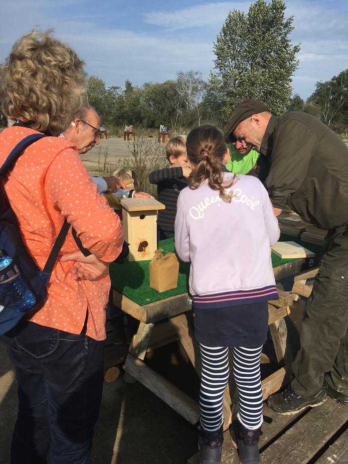 De kleinkinderen van de familie Liedorp uit Etten-Leur zijn bezig met hun nestkastjes