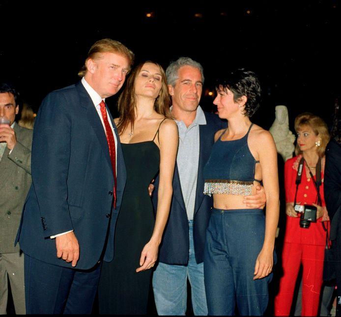 Donald Trump met rechts Jeffrey Epstein en Ghislaine Maxwell (uiterst rechts)