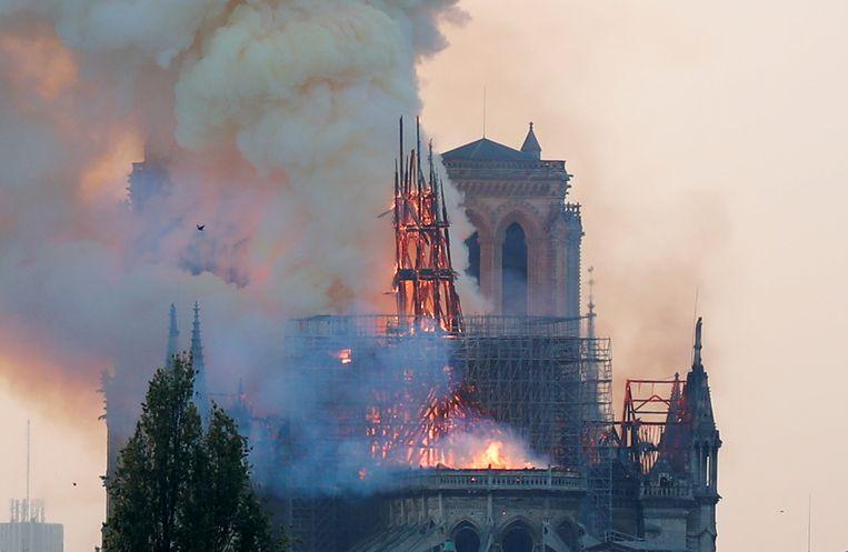 De brand verwoestte op de avond van 15 april het volledige dak en de spitstoren van de kathedraal.