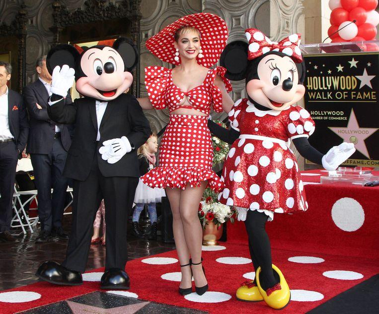 Dit jaar kreeg ook Minnie Mouse haar eigen Walk Of Fame-ster. Mickey Mouse, Katy Perry en Minnie Mouse zijn hierboven te zien op de rood en wit-gestipte loper.