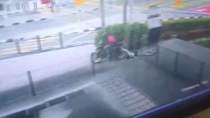Vrouw weigert haar gestolen handtas los te laten