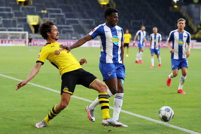 Dilrosun in duel met Thomas Delaney van Dortmund.
