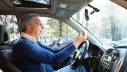 """""""Je oerbrein slaat door en je ziet alles en iedereen rondom je als een gevaar"""": mindfulnesstrainer geeft tips om je toch rustig te houden in het verkeer"""