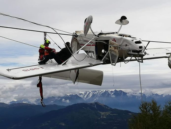 De passagier kroop op een vleugel en wachtte daar tot ze hem kwamen redden.