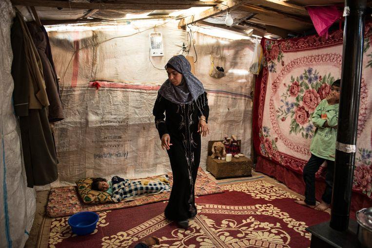 Een Syrische moeder met haar kind in het vluchtelingenkamp bij de Libanese plaats Turbide. Beeld Lynsey Addario / Getty