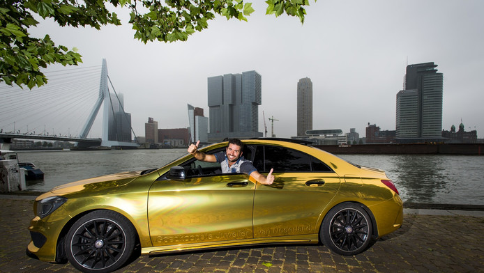 Yahya Bahcecioglu in zijn gouden Mercedes aan de boorden van de Nieuwe Maas.