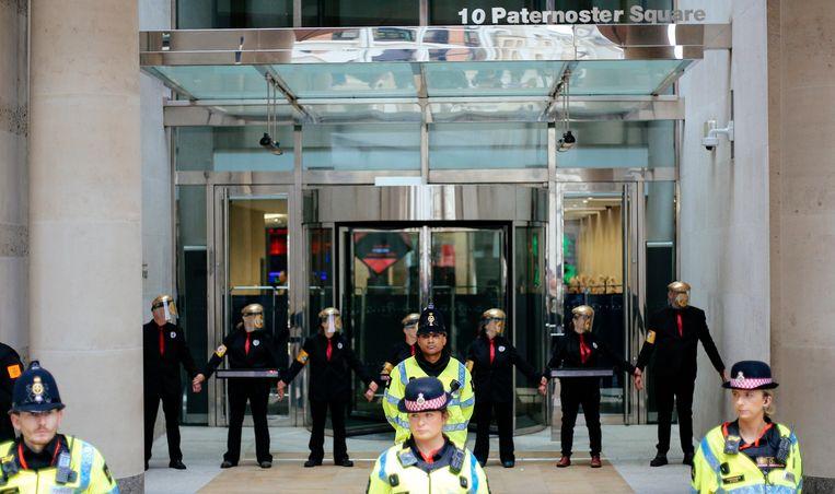 Activisten lijmden zich ook vast aan de deuren van het Londense beursgebouw.