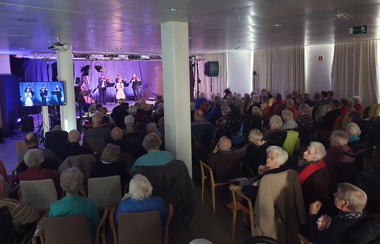 De inwoners van De Wending genieten van de klassieke muziek.