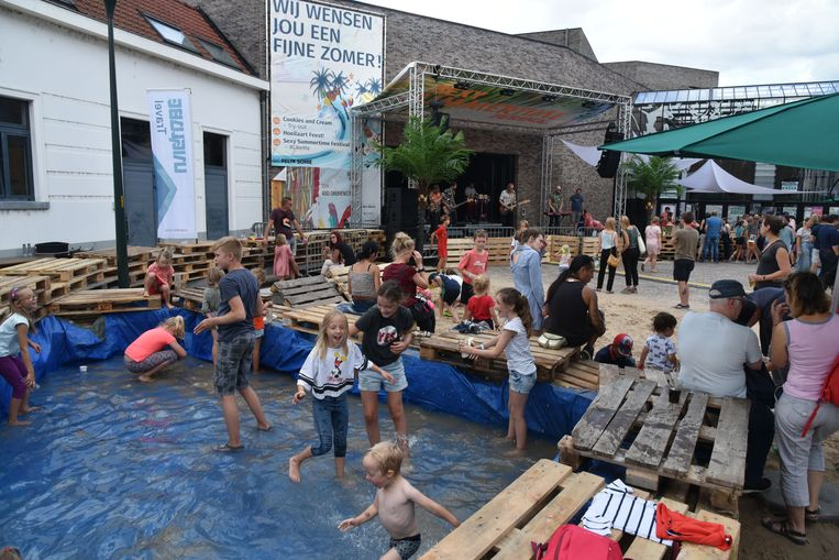 Een zwembad, een strandje, cocktails en muziek: dat waren de ingrediënten van het Sexy Summertime Festival in Hoeilaart.